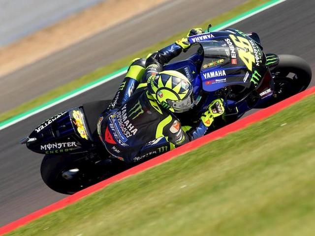 Marquez in pole a Silverstone ma Valentino Rossi strappa un ottimo secondo tempo