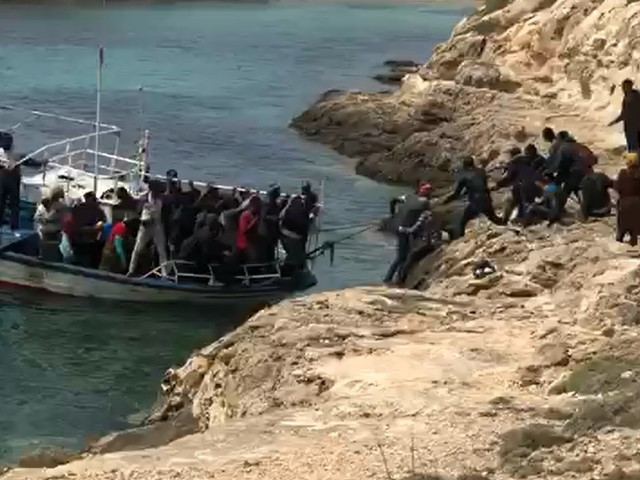 I migranti che sbarcano tra i turisti: ecco lo scenario vissuto a Lampedusa
