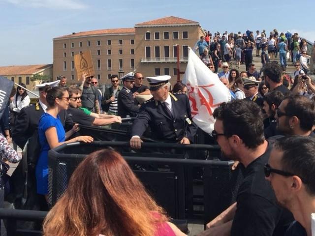 Venezia, i no global rimuovono il tornello a Piazzale Roma