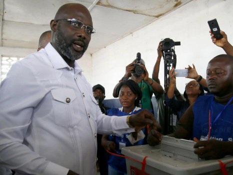 L'ex stella del Milan Weah sfida Boakai per la presidenza della Liberia