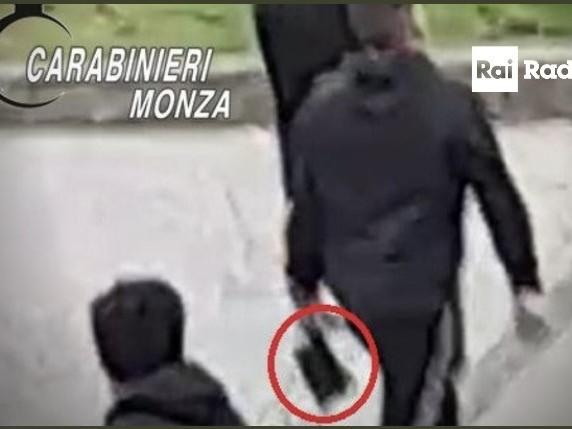Spedizione punitiva choc: il sangue in strada con machete e mazze