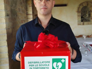 Tortoreto. Consegna di un defibrillatore alla Scuola di Via Oberdan