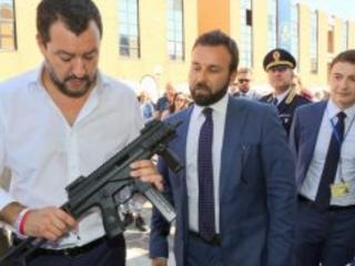 """Salvini, Pasqua social con il mitra """"Leghisti armati e dotati di elmetto"""""""