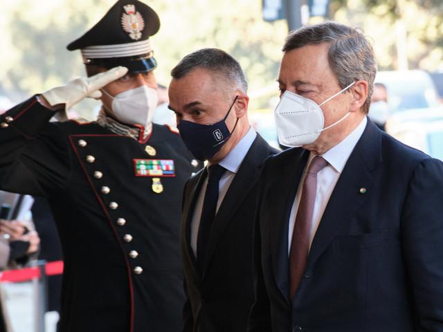 """Draghi, ci mancava l'orecchiologa: """"Cosa rivela il suo orecchio"""""""