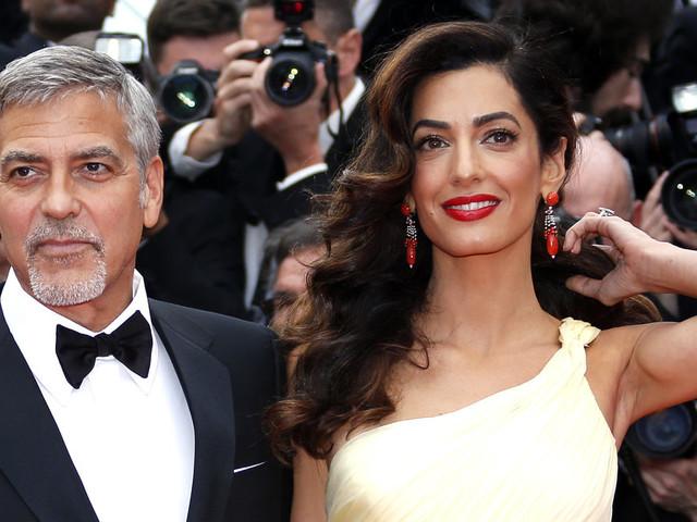 George Clooney e Amal hanno regalato delle cuffie ai passeggeri di un volo per proteggerli dal pianto dei loro gemelli