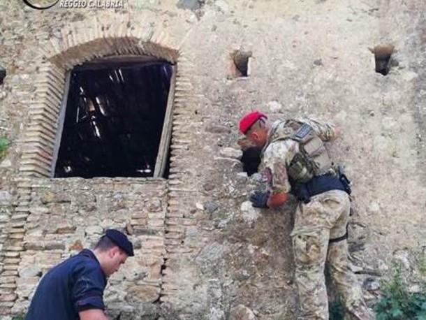 Reggio Calabria: nascondeva una pistola immersa nel gasolio in un contenitore dentro una fessura di un muro in pietra, arrestato 68enne [NOME, FOTO E DETTAGLI]
