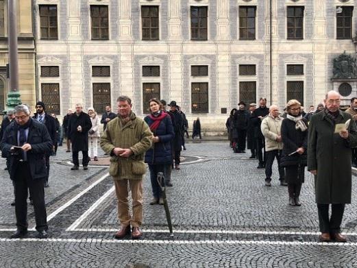 Monsignor Viganò partecipa al rosario di Roberto de Mattei contro l'accettazione dei gay