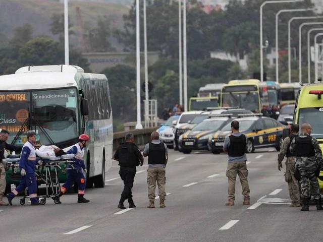 Brasile, uomo sequestra bus a Rio de Janeiro con 37 persone a bordo e minaccia di dare fuoco al mezzo: ucciso dalle forze speciali