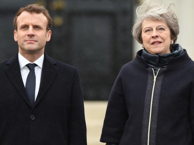 """Patto di frontiera. Macron-May firmano il """"trattato di Sandhurst"""" sui migranti di Calais"""