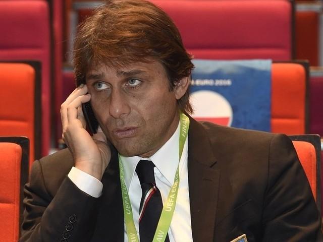 Inghilterra, l'auto di Antonio Conte distrutta da una pesante lastra di vetro Illeso il tecnico leccese, che in quel momento stava dirigendo un allenamento del Chelsea