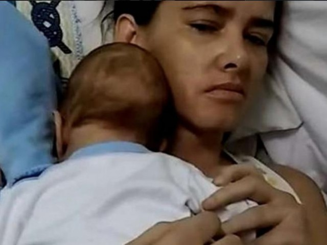 Dà alla luce il figlio mentre è in coma. 3 mesi dopo si sveglia e può abbracciare il bambino