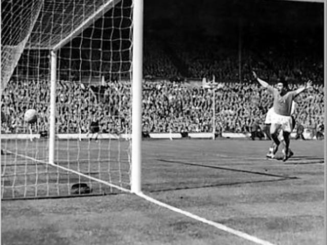 Gli 85 anni di Brighenti: «Don Pietro, Wembley e i miei gol per la Samp» |