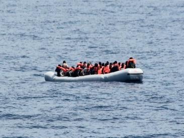 """Migranti, gommone affondato al largo della Libia. I tre sopravvissuti all'Oim: """"Eravamo in 120"""". Nessun superstite"""