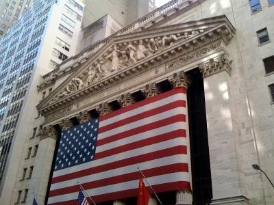Wall Street avvia la giornata a due colori