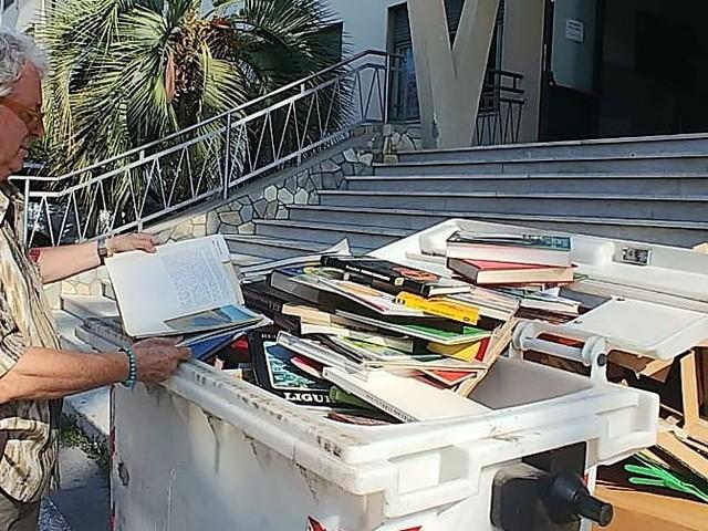 Bordighera: la scuola butta centinaia di libri nella spazzatura