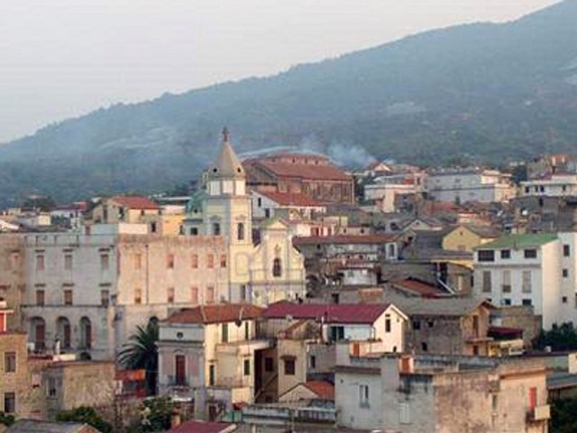 Impennata di contagi, scatta mini-lockdown in città del vesuviano: chiuse scuole e cimitero. Vietate tutte le aggregazioni