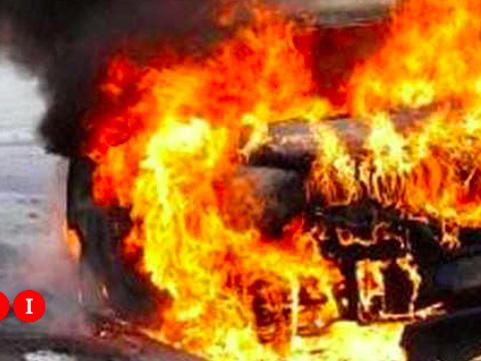 Incendia l'auto della ex moglie ma resta ustionato e finisce al pronto soccorso: denunciato