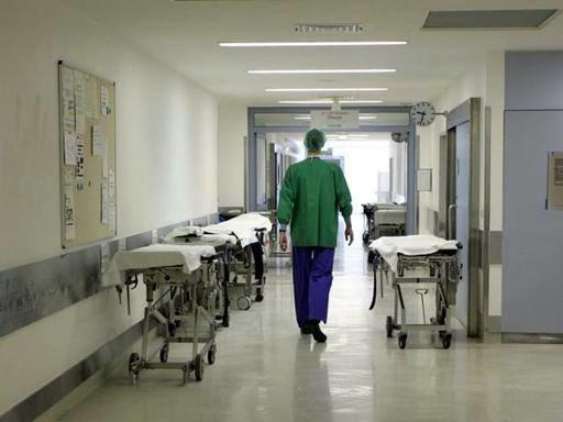 Napoli, paralizzato e poi morto dopo intervento chirurgico: indagati 3 medici