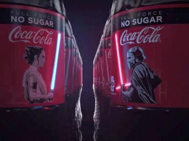Le bottiglie Coca Cola X Star Wars con le spade laser OLED