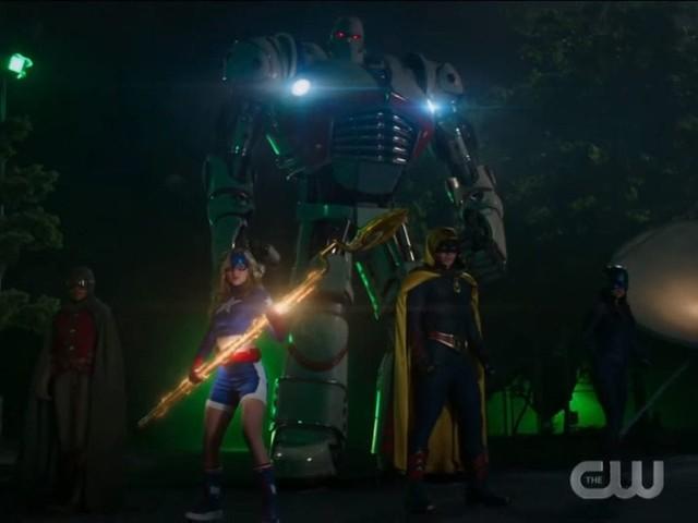 Stargirl: ecco il teaser della serie DC Comics con S.T.R.I.P.E. in azione