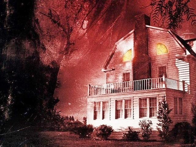 Amityville - Il Risveglio: trailer italiano e nuove locandine dell'horror con Jennifer Jason Leigh