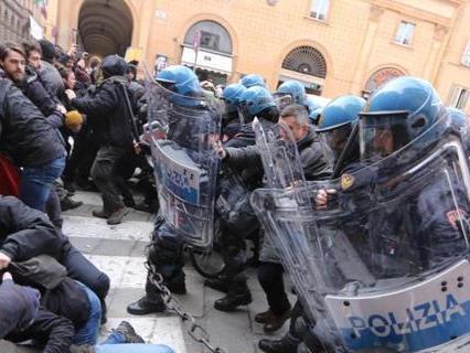 Bologna, scontri polizia-antagonisti