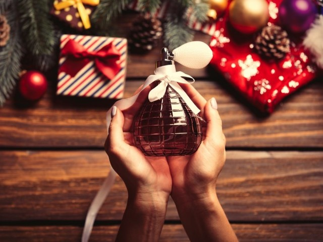 Regali di Natale per lei e per lui: i profumi senza tempo da far trovare sotto l'albero