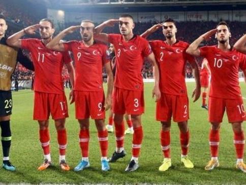 La Turchia segna e i giocatori esultano con saluto militare. Polemiche social