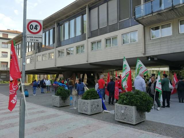 Lavoratori delle pulizie in piazza Vertice tra Comune e Provincia
