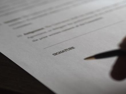 Copia notificata della citazione senza la firma del legale: conseguenze
