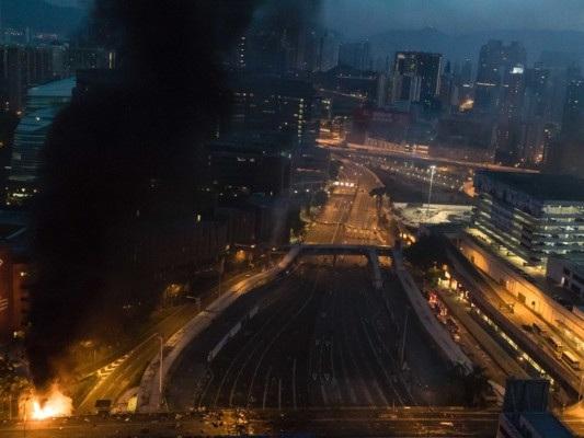 Hong Kong: dopo l'irruzione al Politecnico, la polizia si ferma. Drammatico appello del rettore