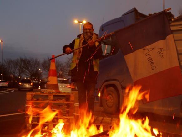 Francia, gilet gialli: il governo sospende l'aumento della tassa sui carburanti
