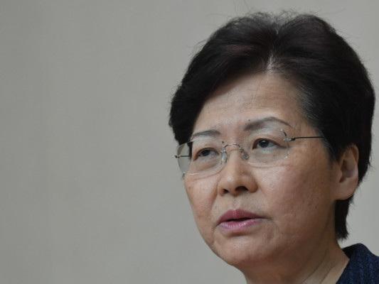 """La leader di Hong Kong annuncia una """"piattaforma di dialogo"""" con i manifestanti"""