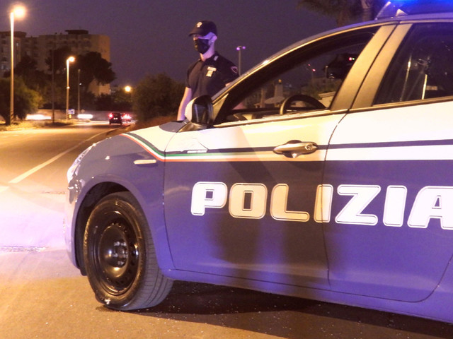 Taranto, aggredisce la moglie a colpi di forbice e si suicida: lei riesce a fuggire, salvi i due figli