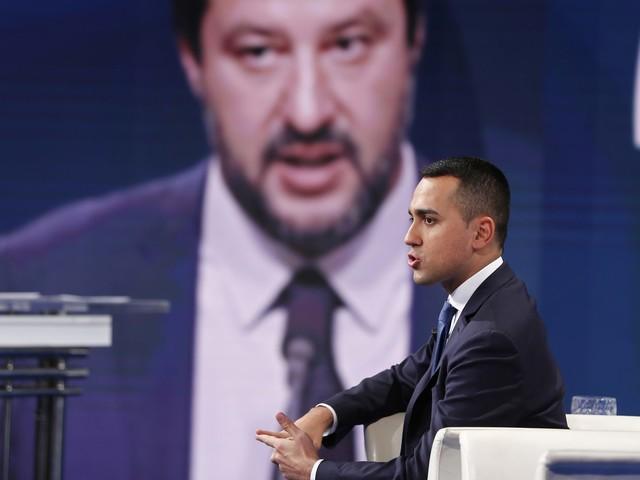 """Di Maio: """"Mentre M5s era al lavoro Salvini era in spiaggia a pensare come fregare tutti"""""""