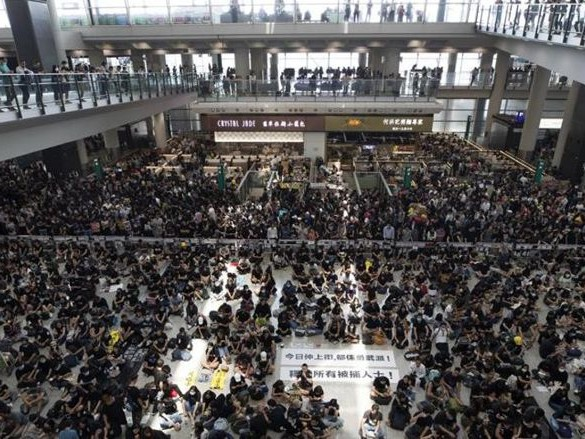 Hong Kong: i manifestanti occupano il terminal dell'aeroporto, cancellati i voli