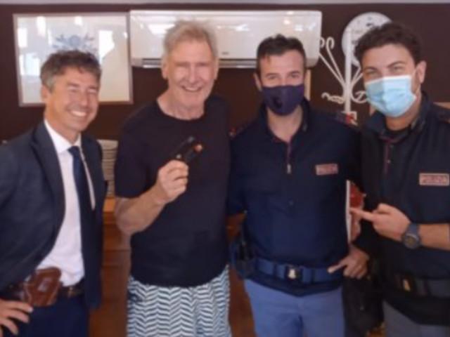 Palermo, Harrison Ford alla ricerca della carta di credito perduta: lieto fine e foto con i poliziotti