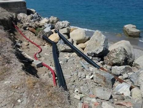Messina, a Marmora bagno tra i pericoli: cavi scoperti e accessi precari