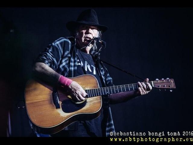 """Neil Young: una versione inedita di """"Wonderin'"""" per i 50 anni di """"After the Gold Rush"""". Video"""