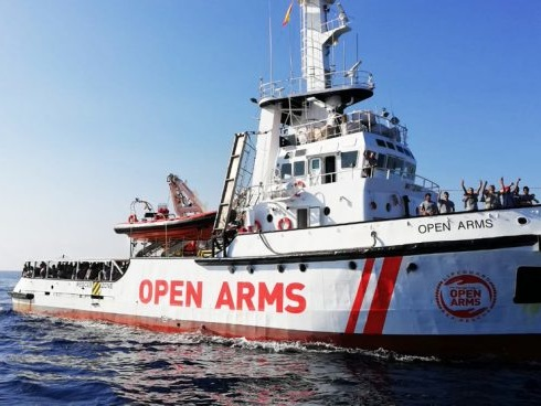 Migranti, Open Arms è attraccata a Messina: a bordo 118 migranti