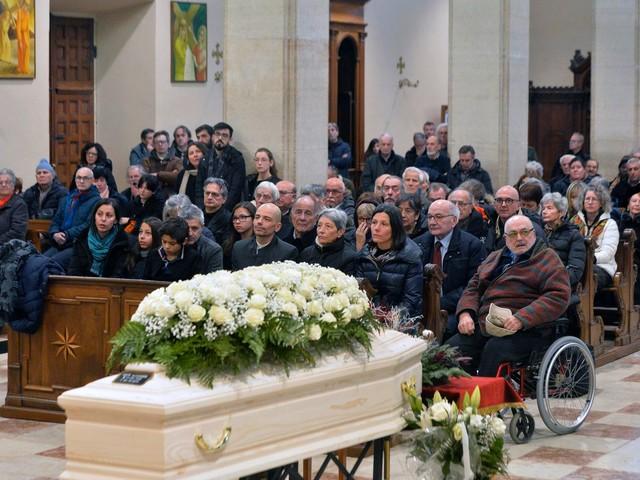 Una folla per l'addio a Sandro Boato alla messa celebrata da don Farina Tra i banchi la moglie di Alex Langer