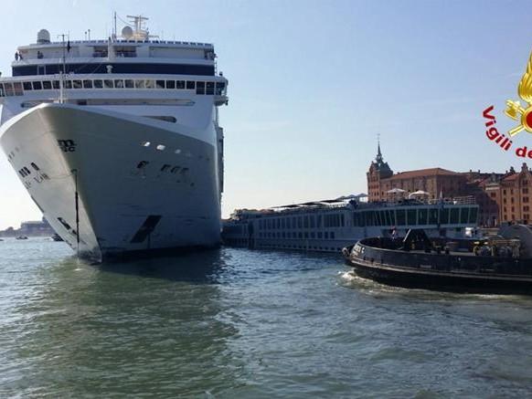 A Venezia nave da crociera contro battello, 4 feriti. Toninelli: stop a grandi navi in laguna