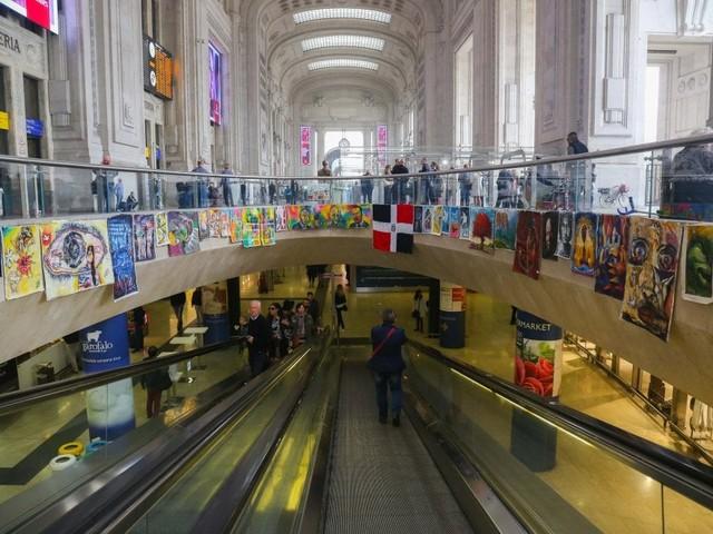 Milano, arte in stazione Centrale: lenzuola colorate esposte contro il degrado