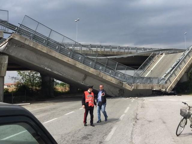 Crolla viadotto della tangenziale di Fossano e schiaccia auto dei carabinieri