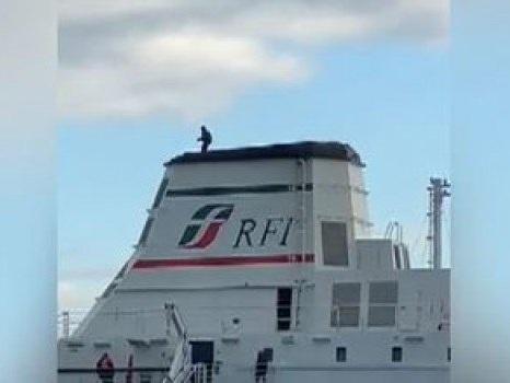 Minaccia di gettarsi da una nave al porto di Messina, il video del salvataggio