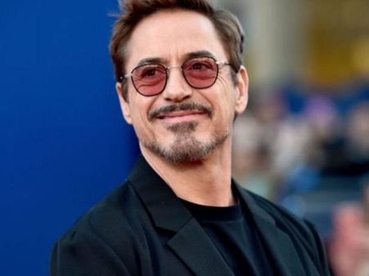 Robert Downey Jr. nel poster di The Voyage of Doctor Dolittle, circondato da animali