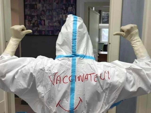 """""""Vaccinatevi"""", l'appello sulla tuta di un'infermiera del reparto di rianimazione dell'ospedale di Cagliari"""