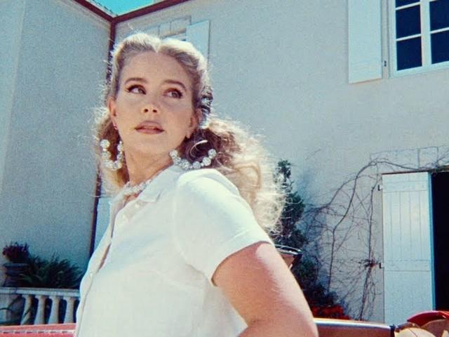 Lana Del Rey licantropa nel video di Chemtrails Over the Country Club dall'album in uscita a marzo (testo e traduzione)