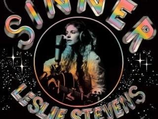 """Tra Country """"Cosmico"""" E Derive Rock, Dalla West Coast Una Interessante Voce Femminile. Leslie Stevens – Sinner"""