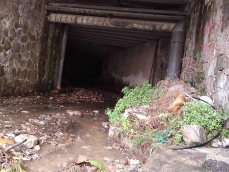 Pioggia torrenziale a Lipari, strade allagate e pomice in strada: disagi per gli automobilisti